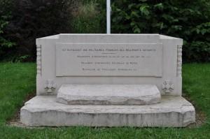 Gedenkstein auf dem französischen Soldatenfriedhof Saint-Remy la Calonne